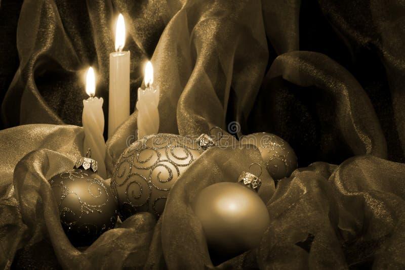 Weihnachtskerzen u. -flitter lizenzfreie stockfotografie