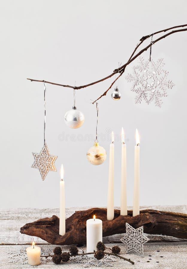Weihnachtskerzen und -dekorationen lizenzfreies stockbild