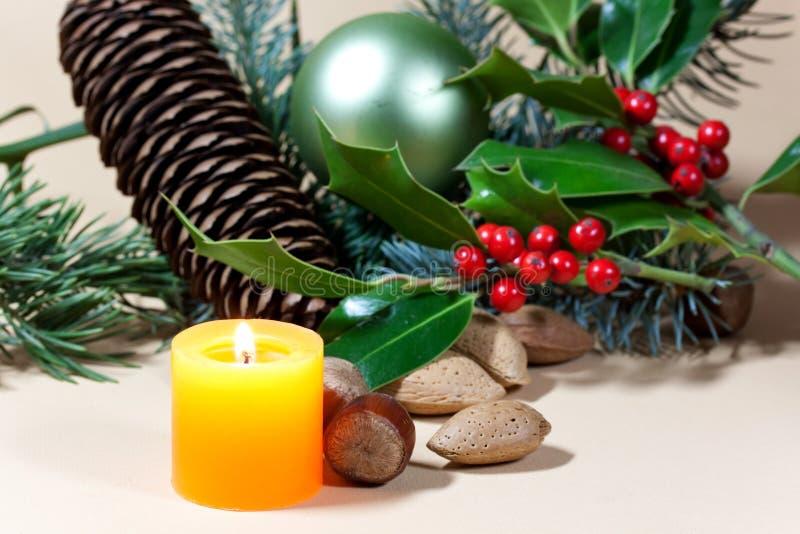 Weihnachtskerzen und -flitter auf Hintergrund lizenzfreie stockbilder