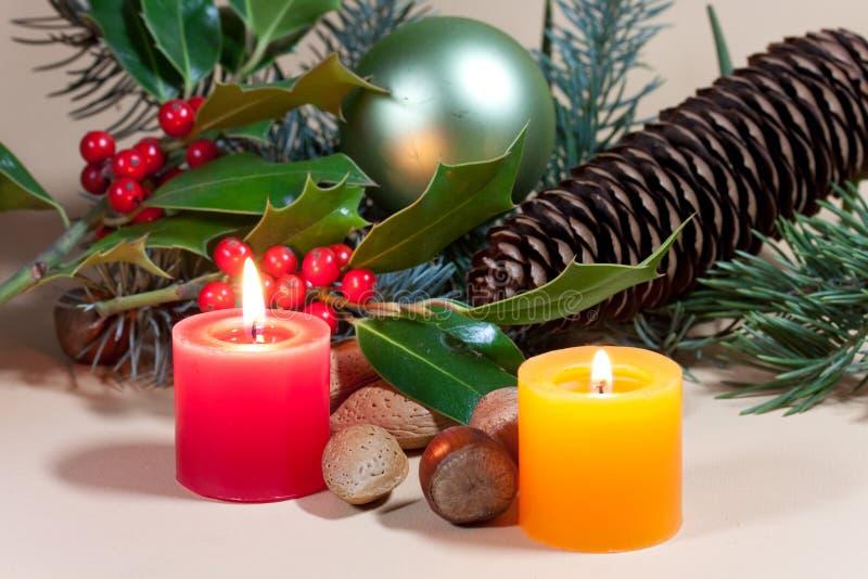 Weihnachtskerzen und -flitter auf Hintergrund stockbilder