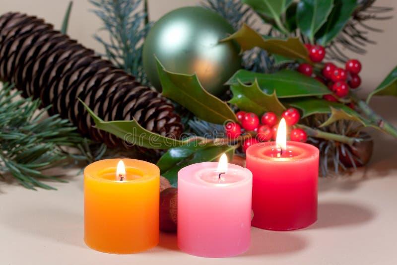 Weihnachtskerzen und -flitter auf Hintergrund lizenzfreie stockfotos