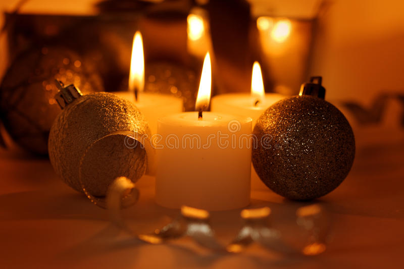 Weihnachtskerzen und -kugeln stockfoto
