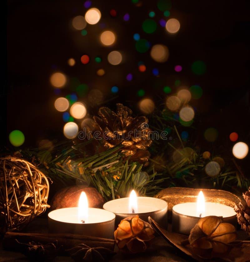 Weihnachtskerzen und -leuchten lizenzfreies stockfoto