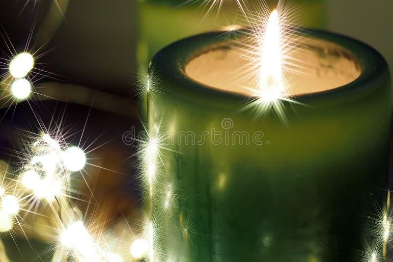 Weihnachtskerzen und -verzierungen über dunklem Hintergrund mit Lichtern lizenzfreie stockfotos