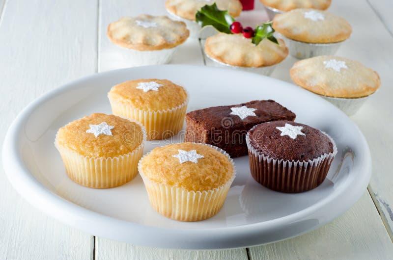 Weihnachtskleine kuchen und zerkleinern Torten stockfotos