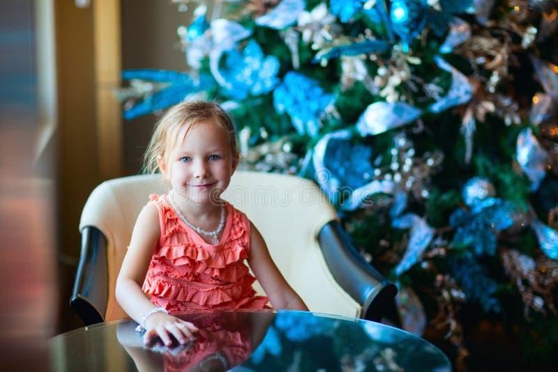 Weihnachtskleinkind-Mädchenporträt stockbild