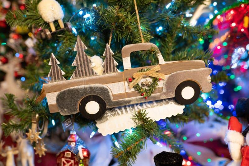 Weihnachtskleinlastwagendekoration auf einem Baum lizenzfreies stockbild