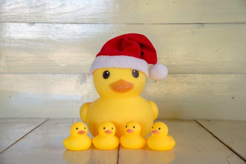 Weihnachtskonzept, gelber Entenabnutzung Weihnachtsmann-Gummihut lizenzfreies stockbild