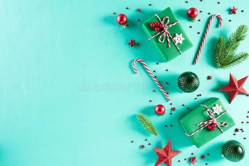 Weihnachtskonzept Top-Ansicht der Weihnachtsgrün Geschenkbox mit Kerzendekoration, Fichtenzweige, Stern, roten Beeren lizenzfreie stockbilder