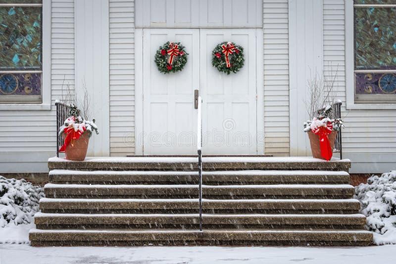 Weihnachtskränze auf Kirche stockbild