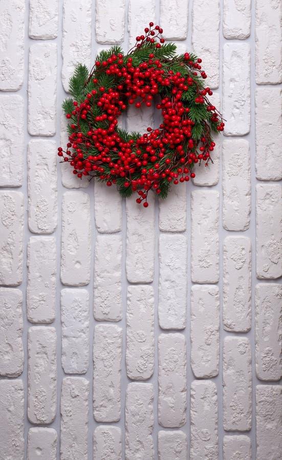 Weihnachtskranz auf Backsteinmauerhintergrund lizenzfreies stockbild