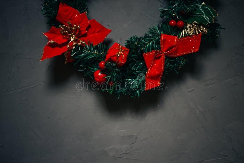 Weihnachtskranz auf einem dunklen strukturierten Hintergrund, Kopienraum lizenzfreie stockbilder