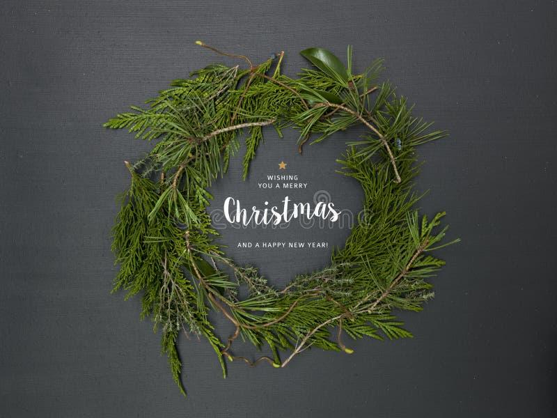 Weihnachtskranz auf schwarzem Hintergrund lizenzfreies stockbild