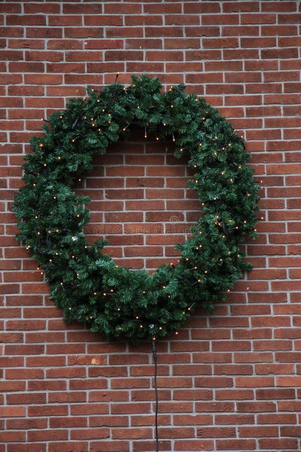 Weihnachtskranz auf Wand stockbilder