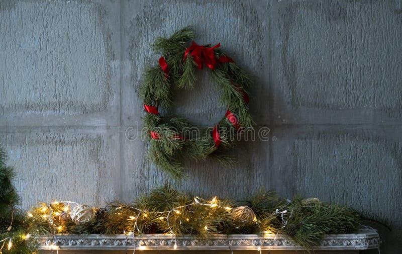 Weihnachtskranz mit Girlande stockbild