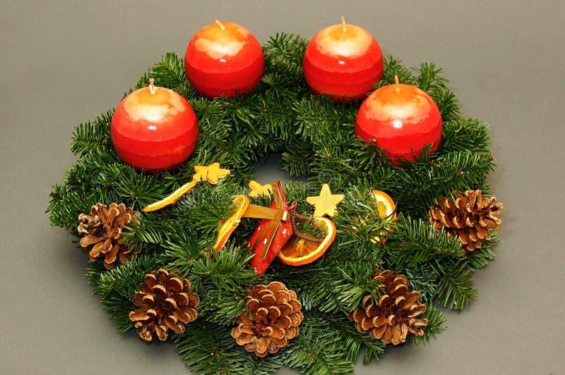 Weihnachtskranz mit Kegel stockbilder