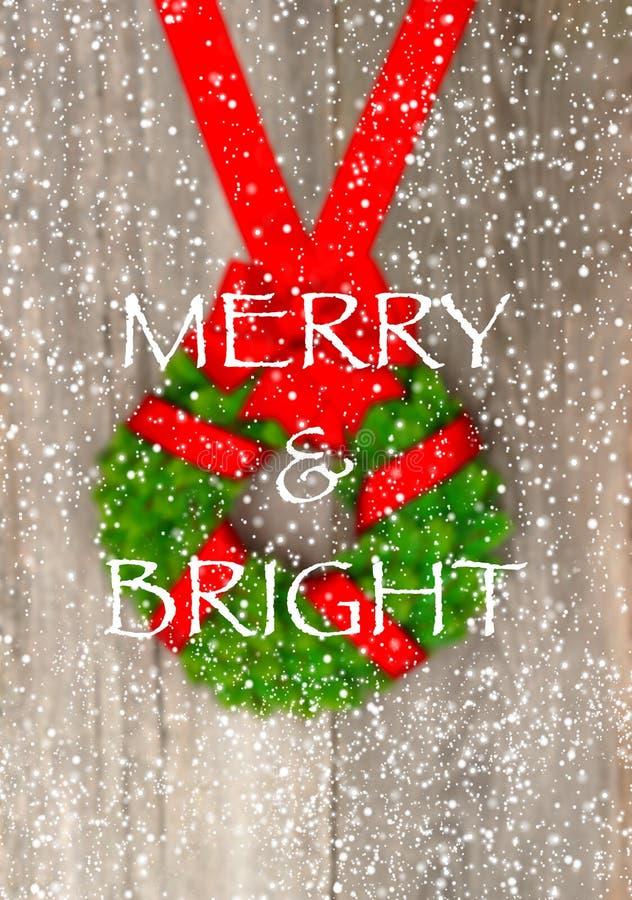 Weihnachtskranz mit rotem Band und Schneeflocken stockbild