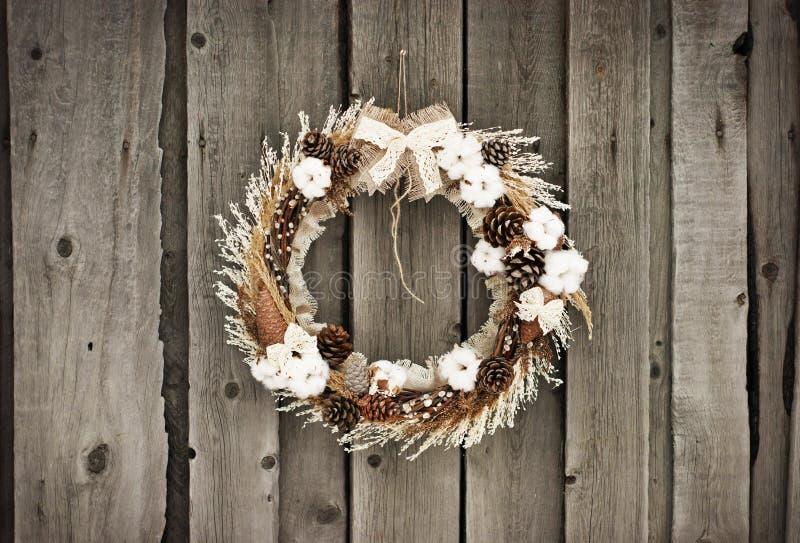 Weihnachtskranz mit und Baumwolle lizenzfreie stockbilder