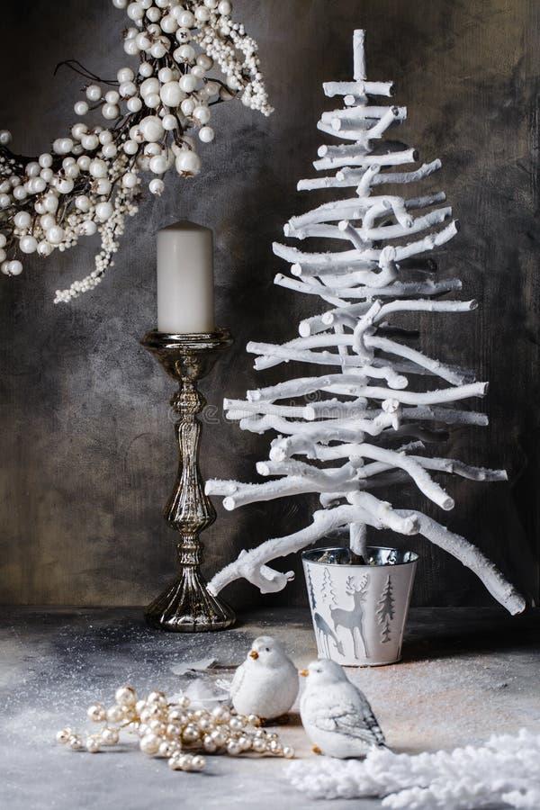 Weihnachtskranzbaum-Kerzenständertauben auf einem dunkelgrauen Hintergrund mit Scheidungen lizenzfreie stockfotos
