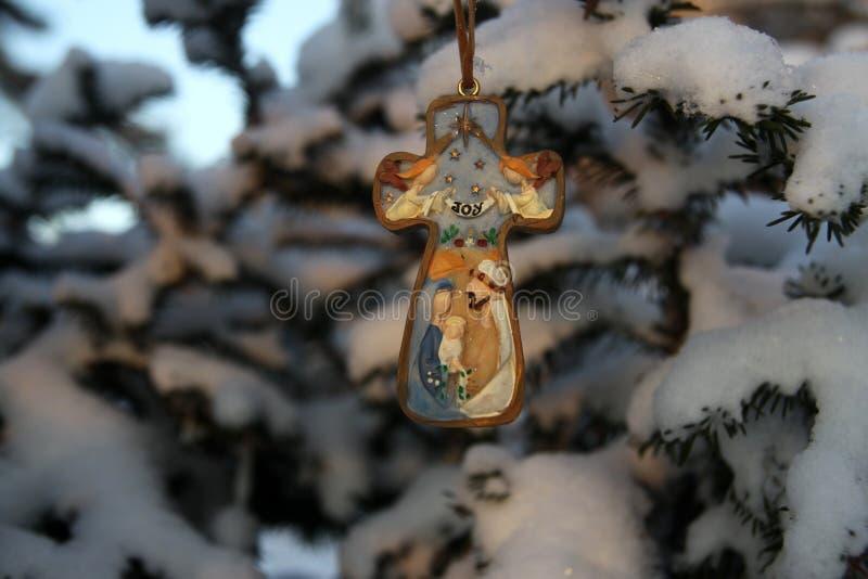 Weihnachtskreuz auf einem Baumast in einem Park lizenzfreies stockbild