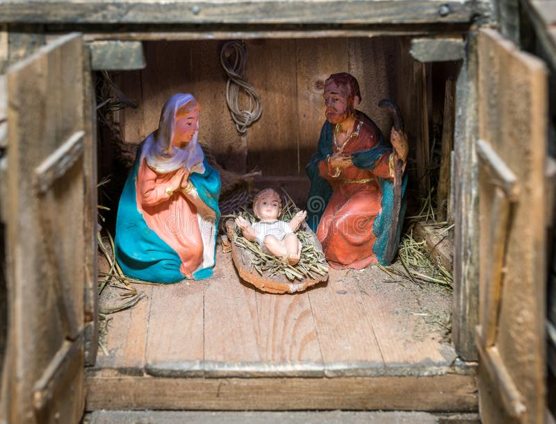 Weihnachtskrippe dargestellt mit Statuetten von Mary, von Joseph und von Baby Jesus lizenzfreie stockfotos