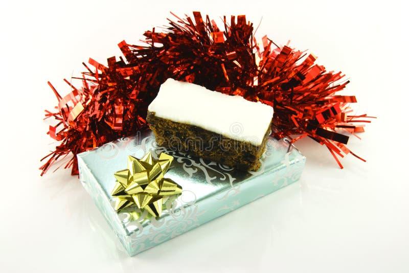 Weihnachtskuchen mit Geschenk und Filterstreifen lizenzfreie stockfotos