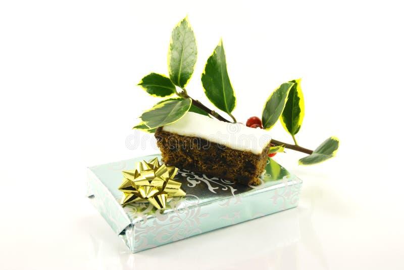 Weihnachtskuchen mit Geschenk und Stechpalme lizenzfreie stockfotografie