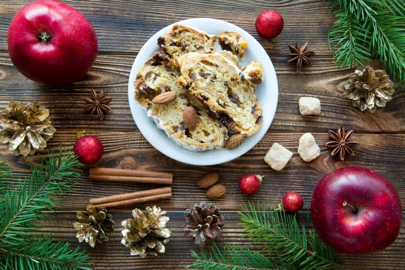 Weihnachtskuchen mit Rosinen, Rum und Gewürz backround lizenzfreie stockfotos