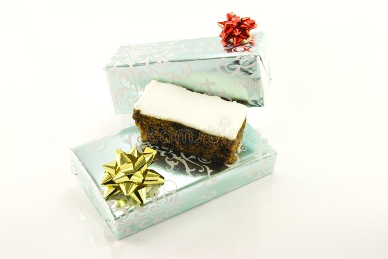 Weihnachtskuchen und -geschenke stockfotografie