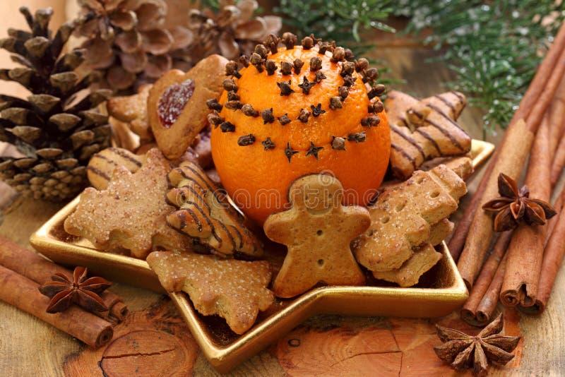 Weihnachtskuchen und -orangen lizenzfreie stockbilder