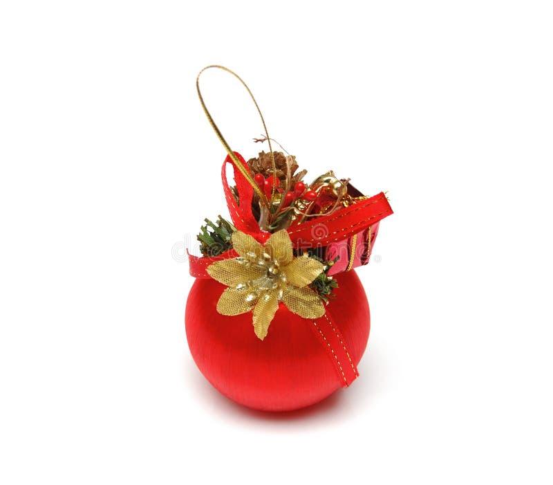Weihnachtskugel der roten Farbe mit einer goldish Blume und einem Farbband vorbei stockfoto