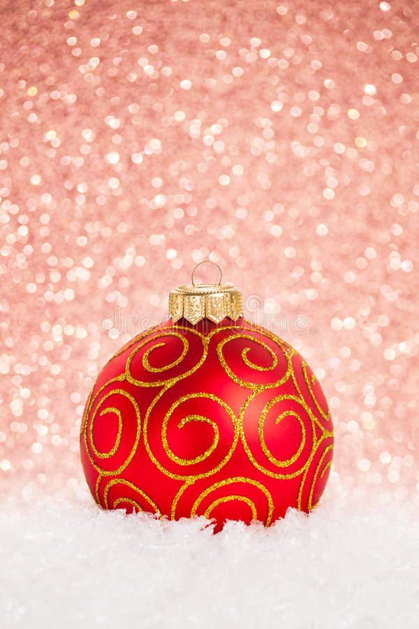 Download Weihnachtskugel im Schnee stockbild. Bild von baum, golden - 26357859