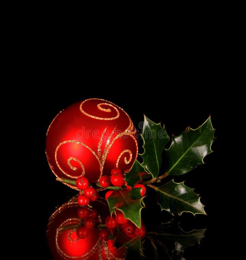Weihnachtskugel mit Stechpalmezweig stockbild