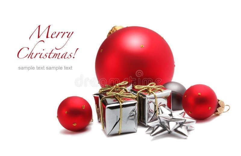 Weihnachtskugel und Geschenkkasten stockfotografie