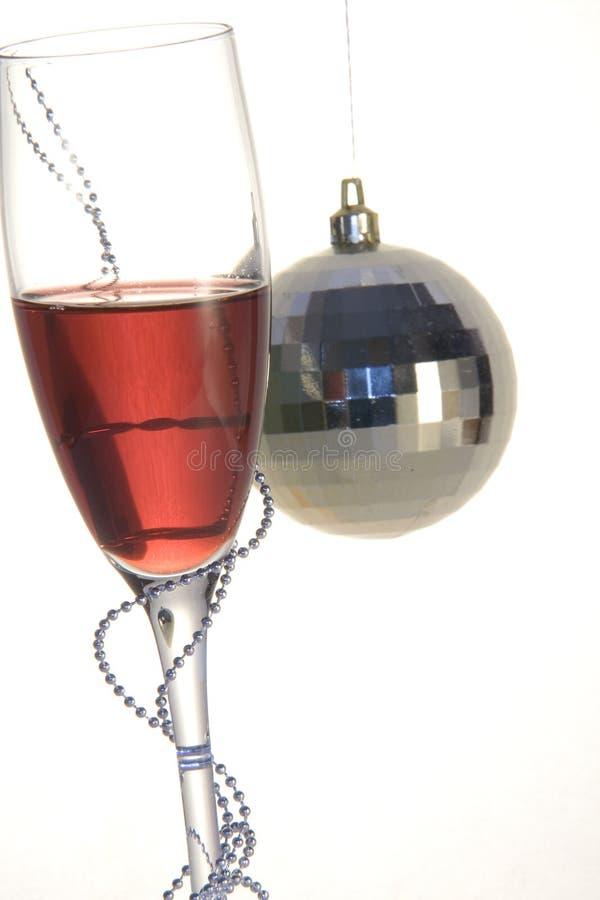 Weihnachtskugel und Glas Wein lizenzfreie stockbilder