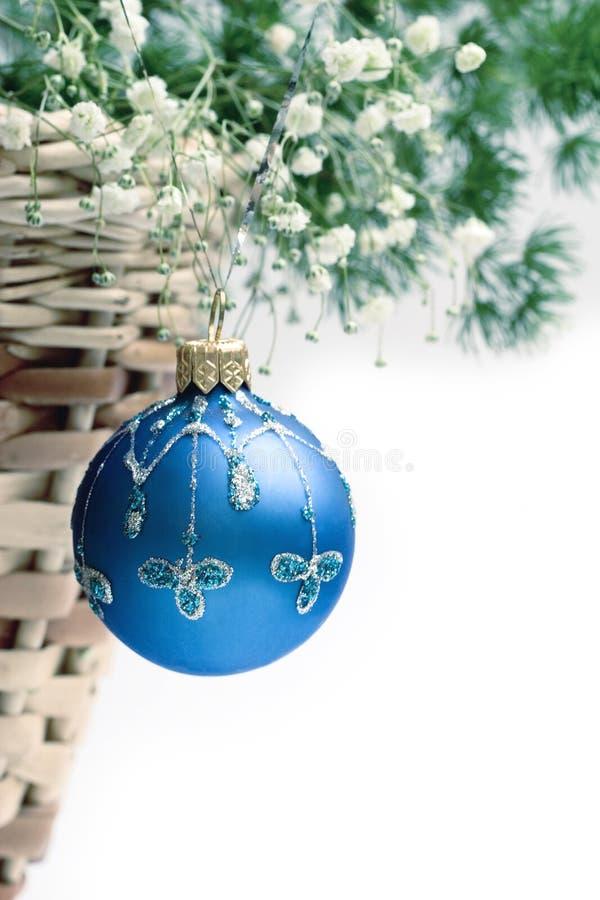 Weihnachtskugel und -korb stockbilder