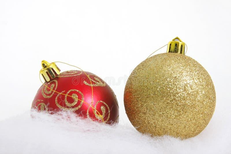 Weihnachtskugeln über Weiß stockbilder