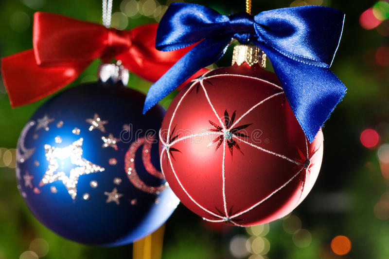 Weihnachtskugeln auf grünem Hintergrund stockbild