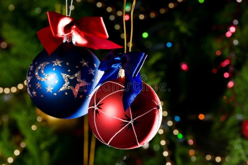 Weihnachtskugeln auf grünem Hintergrund stockfotografie