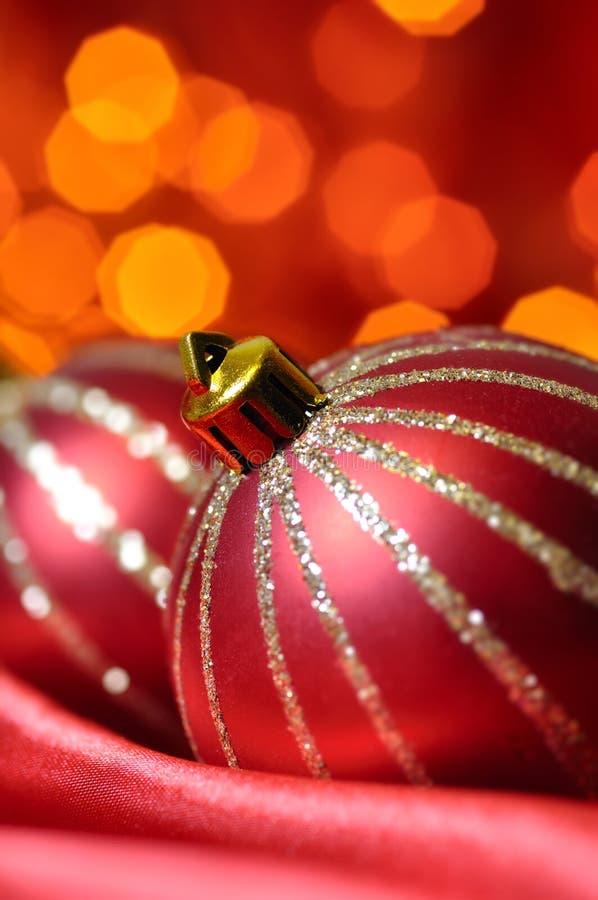 Weihnachtskugeln auf roter Seide stockfotos