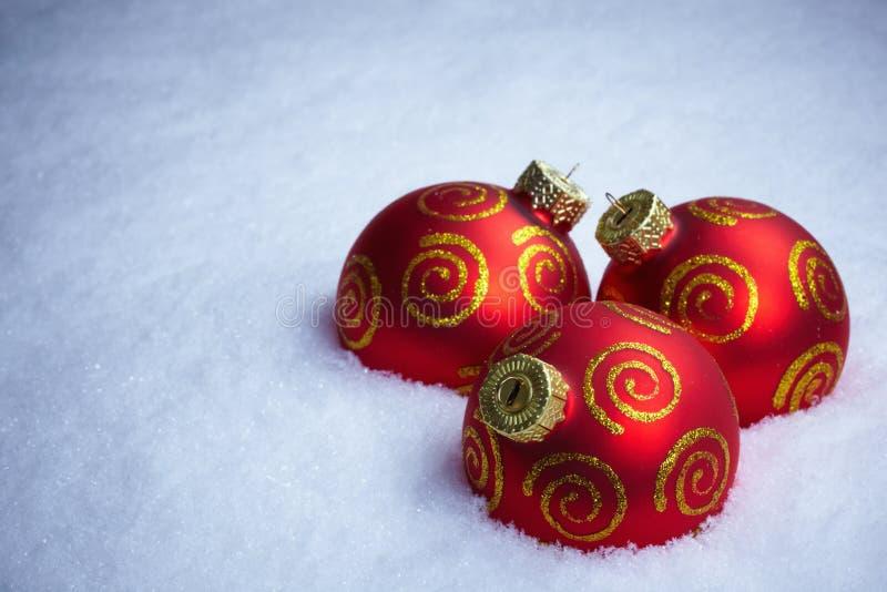 weihnachtskugeln und zweig des tannenbaums auf schnee. Black Bedroom Furniture Sets. Home Design Ideas