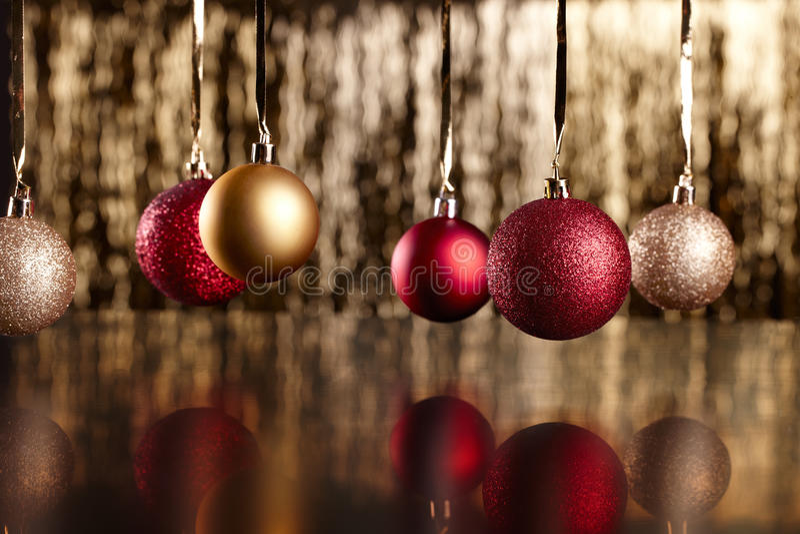 Weihnachtskugeln auf schwarzem Hintergrund lizenzfreies stockfoto