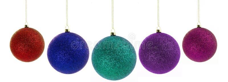 Weihnachtskugeln, die über Weiß hängen lizenzfreies stockfoto