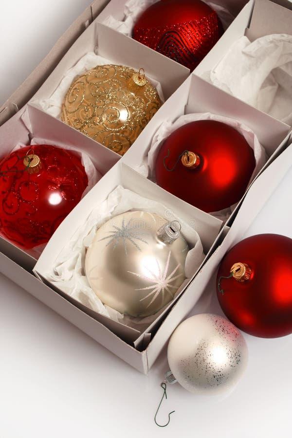 Weihnachtskugeln in einem Kasten lizenzfreies stockbild