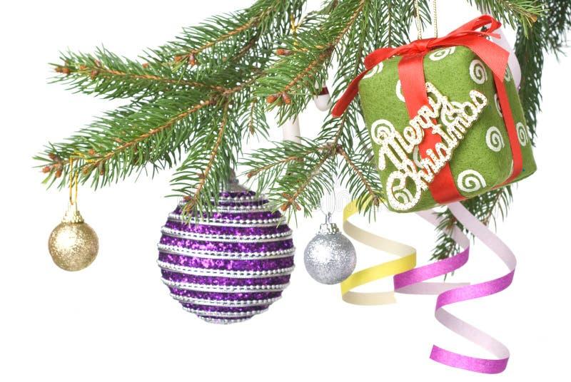Weihnachtskugeln, -geschenk und -dekoration auf Tannenbaum lizenzfreie stockfotos