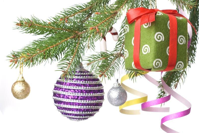 Weihnachtskugeln, -geschenk und -dekoration auf Tannenbaum lizenzfreie stockbilder