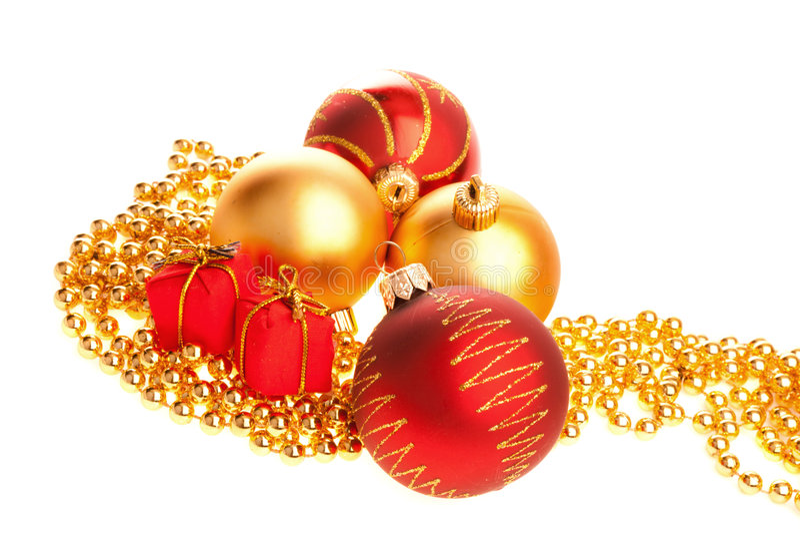 Weihnachtskugeln, Geschenke auf Kornen lizenzfreies stockbild