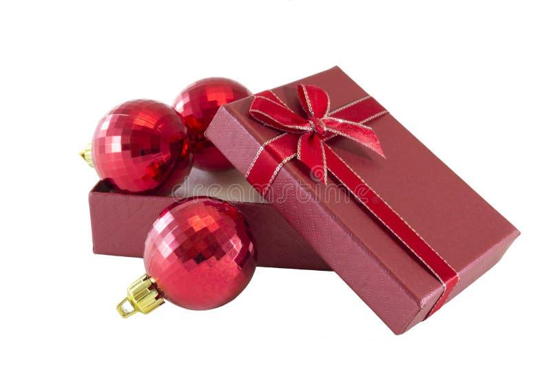 Weihnachtskugeln im Geschenkkasten stockbilder