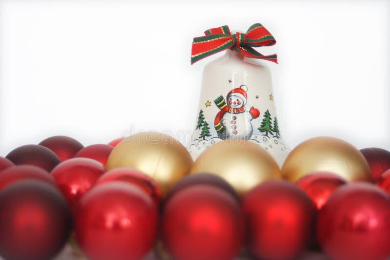 Weihnachtskugeln mit Glocke stockbild