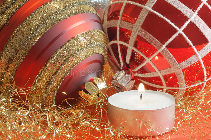 Weihnachtskugeln mit Kerze stockfoto